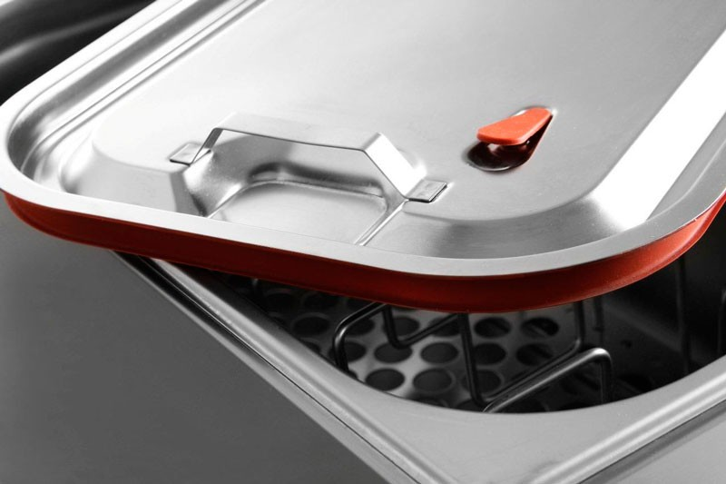 Крышка с прокладкой и клапаном предотвращает испарение горячей воды