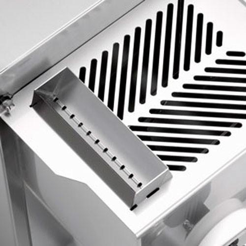 Практичный съемный бункер для удобства внесения жидких компонентов.