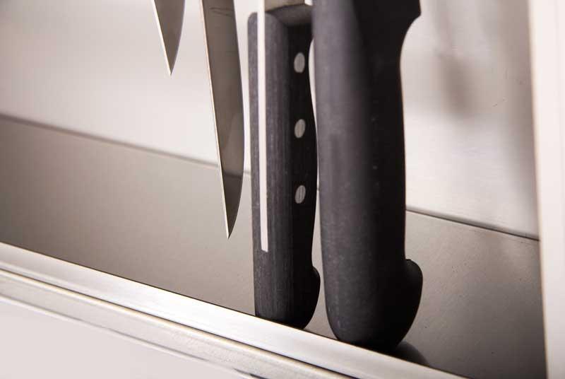 Нижний упор предотвращает падение ножа.