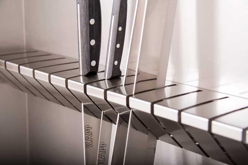 Удобный держатель на 13 ножей.